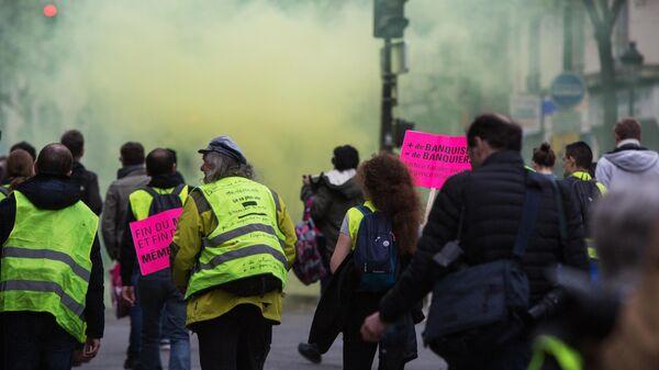 Участники акции протеста жёлтых жилетов в Париже.