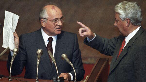 Михаил Горбачев и Борис Ельцин во время вечернего заседания внеочередной сессии ВС РСФСР