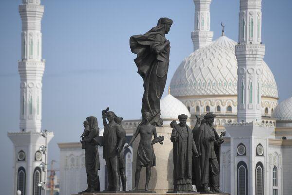 Фрагмент монумента Казак Ели на площади Независимости в Нур-Султане