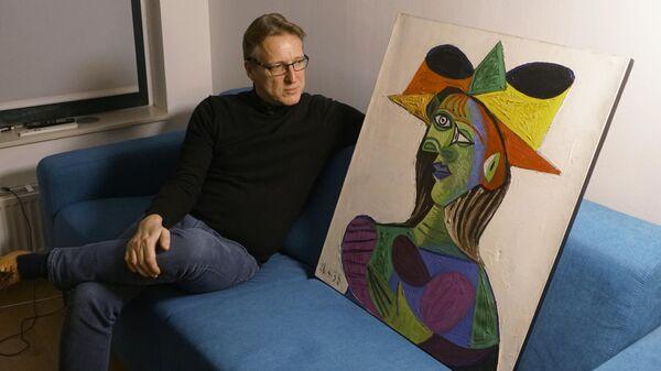 Голландский арт-детектив Артур Бранд с картиной Пикассо Buste de Femme (Dora Maar) у себя дома
