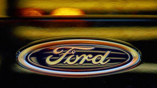 Логотип компании Ford на автомобиле на заводе Ford Sollers во Всеволожске Ленинградской области.