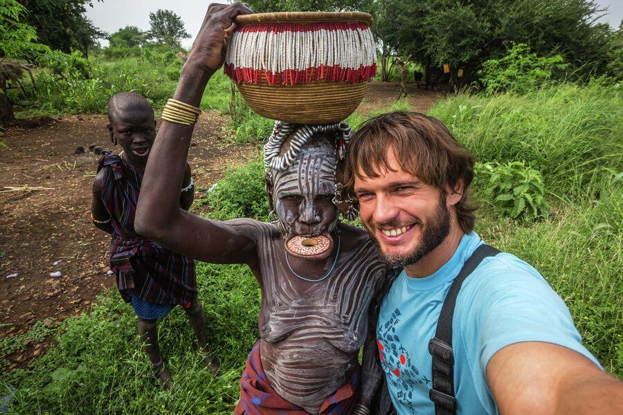 Эфиопия, долина реки Омо. Селфи в племени Мурси, ноябрь 2016