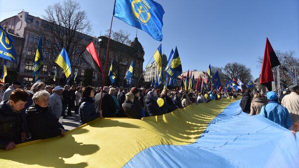 Участники народного вече за честные выборы у памятника Тарасу Шевченко во Львове