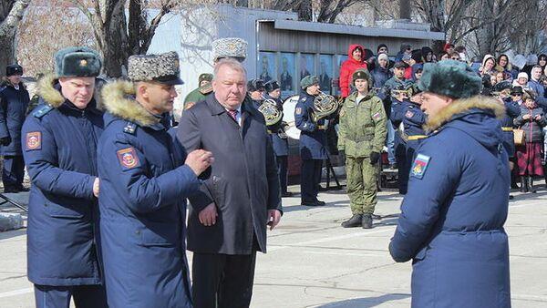 Командир отдельной бригады спецназа ЦВО полковник Альберт Омаров и глава комитета по обороне Госдумы Владимир Шаманов на вручении наград в Тольятти. 26 марта 2019