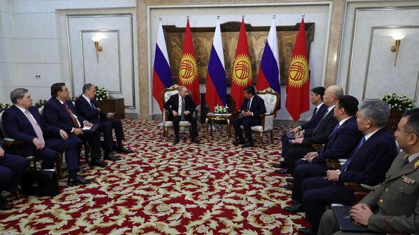 Владимир Путин и президент Киргизии Сооронбай Жээнбеков во время встречи в Бишкеке. 28 марта 2019