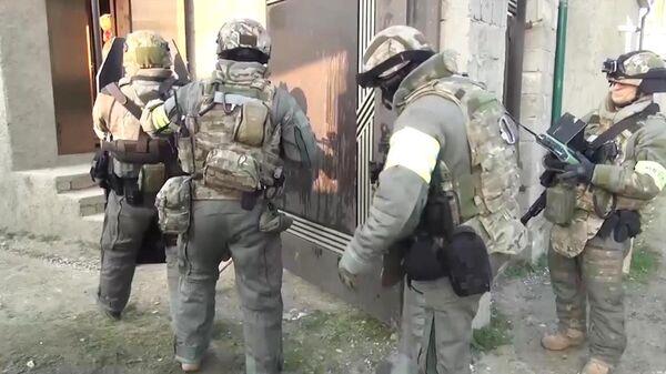 Сотрудники ФСБ РФ во время задержания члена преступной группы, причастной к терактом в московском метро