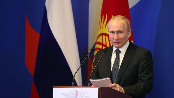 Владимир Путин выступает на пленарном заседании Восьмой российско-киргизской межрегиональной конференции в Бишкеке. 28 марта 2019