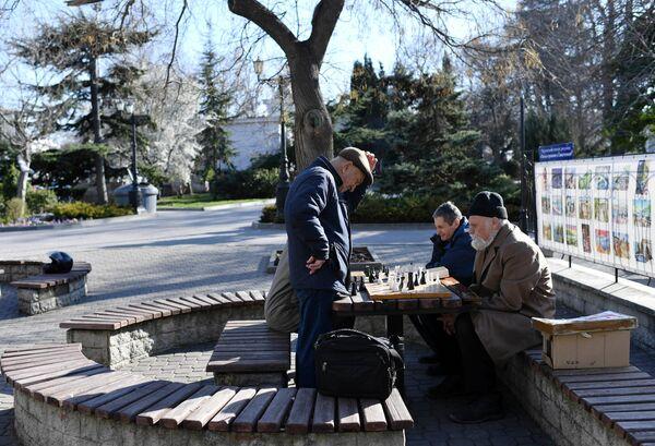 Мужчины играют в шахматы в Севастополе