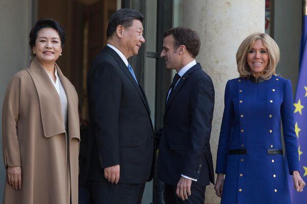 Президент Франции Эммануэль Макрон с супругой Бриджит и председатель КНР Си Цзиньпин с супругой Пэн Лиюань во время встречи в Париже