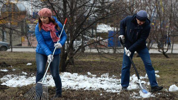 Жители города участвуют в уборке сквера во время общегородского субботника