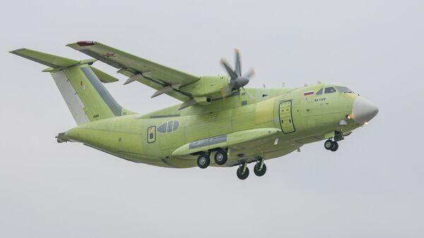 Новейший российский легкий военно-транспортный самолет Ил-112В во время своего первого испытательного полета