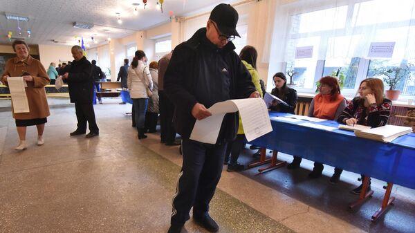 Жители города Львова на одном из избирательных участков города во время голосования на президентских выборах на Украине. 31 марта 2019