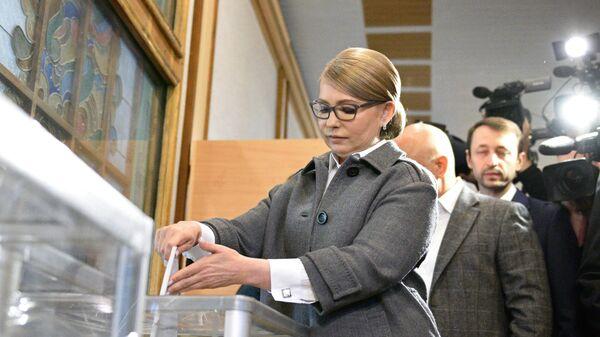 Кандидат в президенты Украины Юлия Тимошенко опускает бюллетень в урну на одном из избирательных участков Киева во время голосования на президентских выборах на Украине. 31 марта 2019