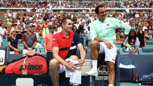 Роджер Федерер и Джон Изнер (слева)