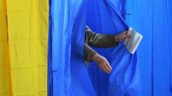 Мужчина во время голосования на выборах президента Украины на одном из избирательных участков Киева