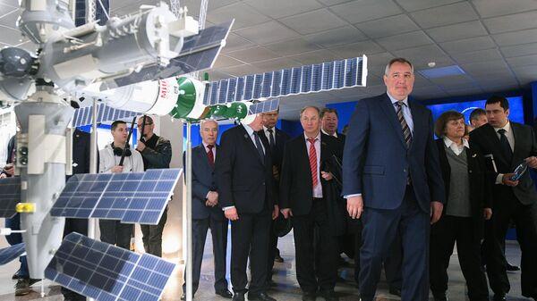 Генеральный директор госкорпорации Роскосмос Дмитрий Рогозин во время посещения космического центра имени М.В. Хруничева. 1 апреля 2019