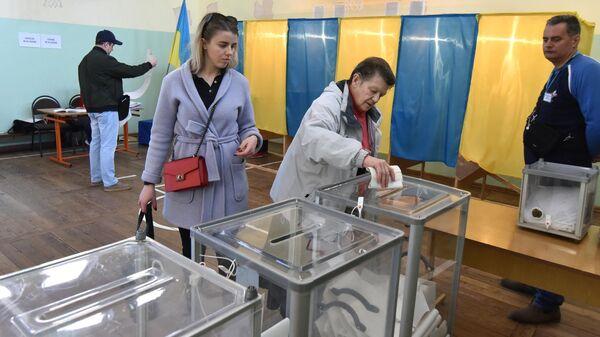 Жители города Львова на одном из избирательных участков города во время голосования на президентских выборах на Украине