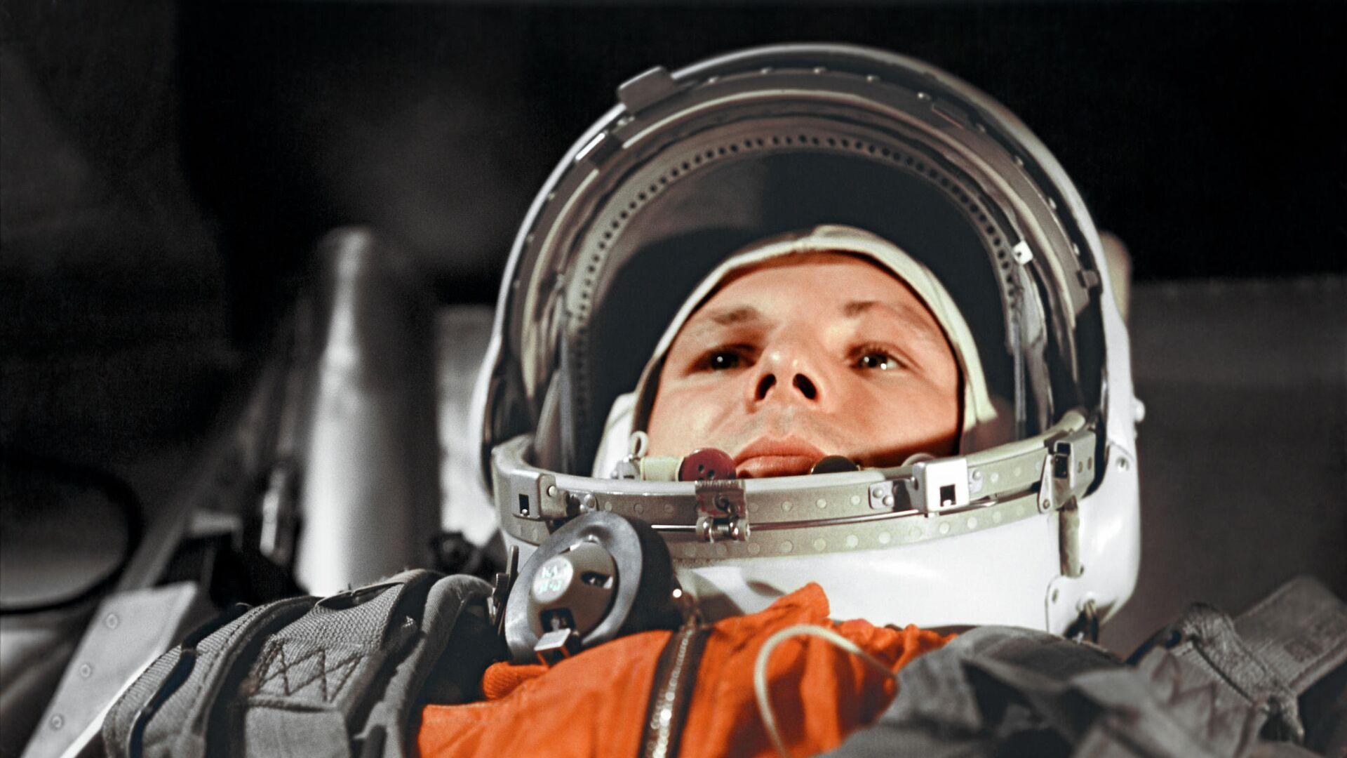 """Юрий Гагарин в кабине космического корабля """"Восток"""" перед полётом в космос 12 апреля 1961 года - РИА Новости, 1920, 01.04.2021"""