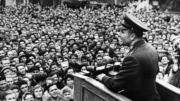 Летчик-космонавт Ю. А. Гагарин выступает перед рабочими ленинградского металлического завода