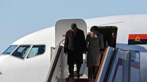 Президент Анголы Жоау Мануэл Гонсалвеш Лоуренсу, прибывший в Москву с официальным визитом, во время церемонии встречи в аэропорту Внуково-2. 2 апреля 2019