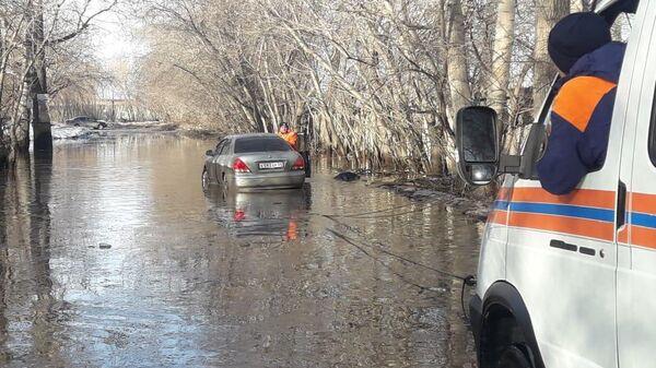 Спасатели на руках вынесли на сушу женщину, чья машина утонула в луже