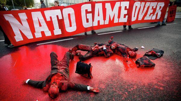 Демонстранты блокируют главный проспект, ведущий к конференц-центру, где проходит саммит НАТО в Лиссабоне