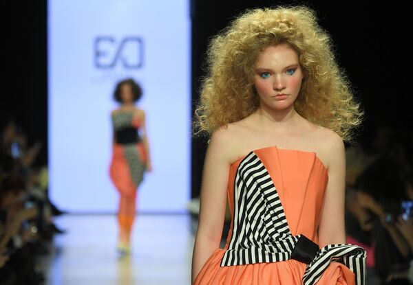 Модель демонстрирует одежду бренда Денис Еремкин