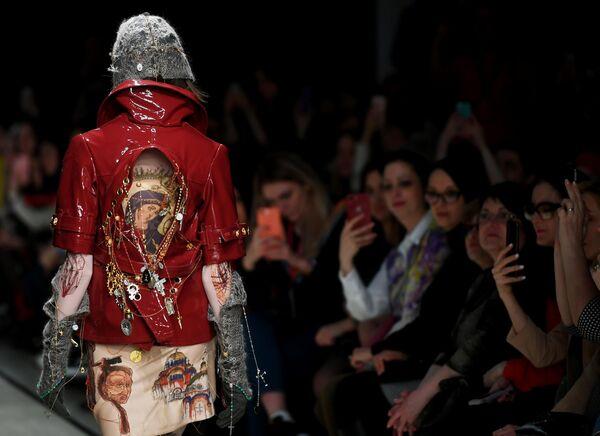 Модель демонстрирует одежду из коллекции дизайнера Дарьи Лукаш