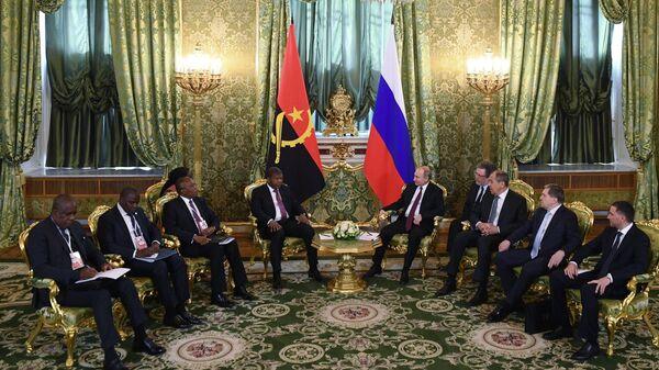 Президент РФ Владимир Путин и президент Анголы Жоау Лоуренсу во время встречи. 4 апреля 2019