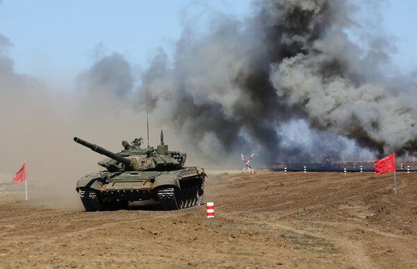 Танк Т-72 на дистанции Танкового биатлона на полигоне Прудбой в Волгоградской области