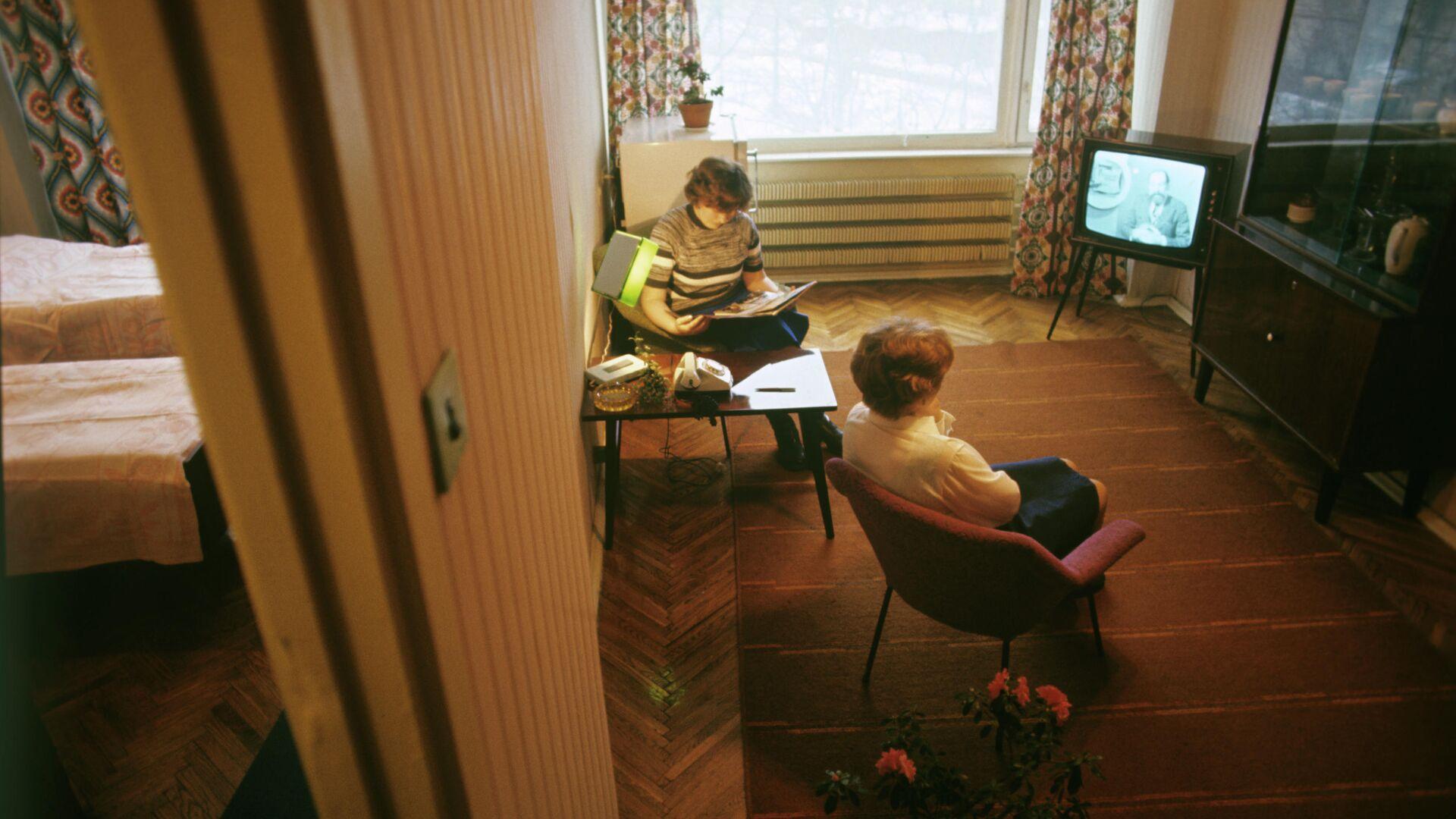 Женщины смотрят телевизор - РИА Новости, 1920, 21.08.2019