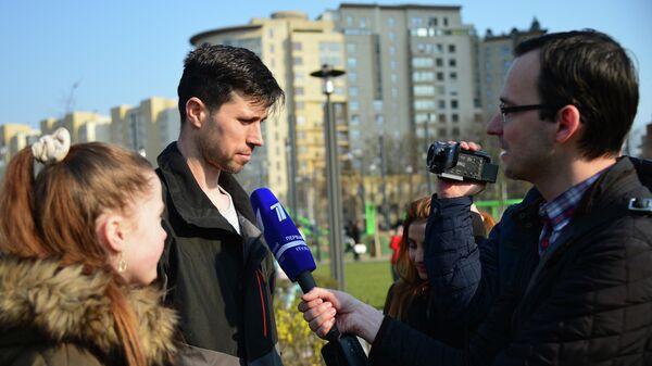 Россиянин Денис Лисов с дочерью Софией в Варшаве. 4 апреля 2019