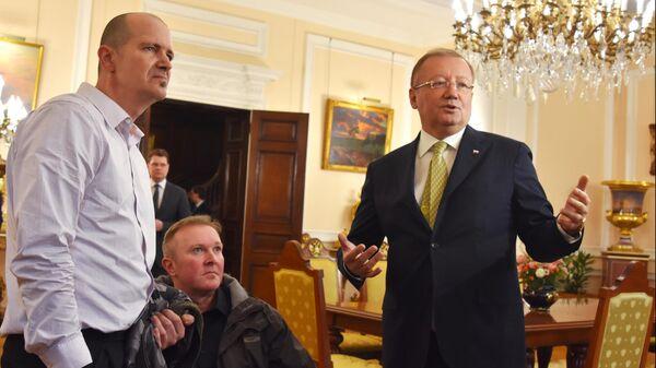 Пострадавший в Эймсбери британец Чарльз Роули и его брат Мэттью Роули и посол РФ в Великобритании Александр Яковенко  во время встречи в российском посольстве в Лондоне. 6 апреля 2014