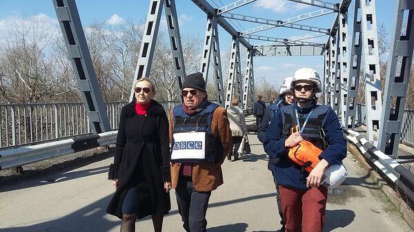 Визит координатора от ОБСЕ в гуманитарной подгруппе по Донбассу Тони Фриша на единственный между самопровозглашенной Луганской народной республикой и подконтрольной Киеву территорией пункт пропуска Станица Луганская в Донбссе