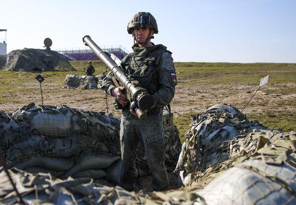 Военнослужащий с ПЗРК Верба во время открытия международного конкурса полевой выучки среди воинских подразделений ВДВ Десантный взвод
