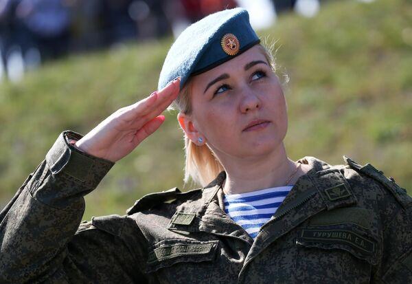 Служащая Вооруженных сил России во время открытия международного конкурса полевой выучки среди воинских подразделений ВДВ Десантный взвод