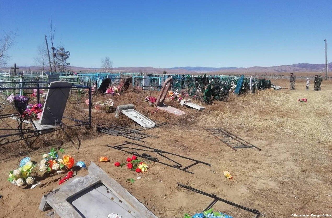 В Бурятии школьники осквернили почти 40 могил на кладбище