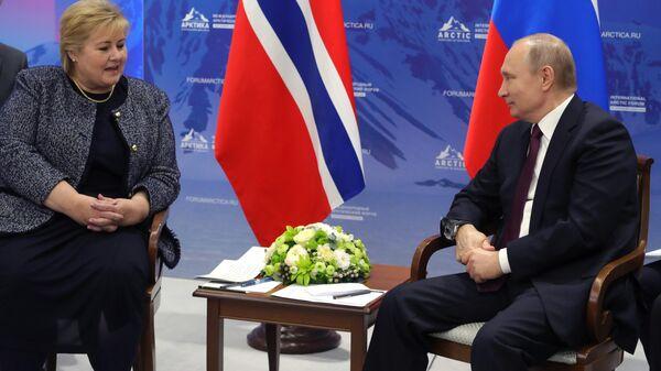 Президент РФ Владимир Путин и премьер-министр Королевства Норвегия Эрна Сульберг во время встречи на полях V Международного арктического форума Арктика – территория диалога. 9 апреля 2019