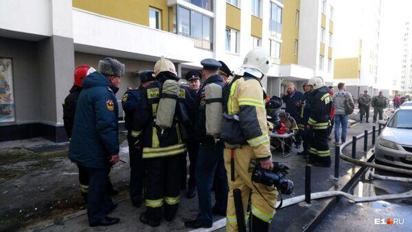 Спасатели около жилого дома в Екатеринбурге, где произошел взрыв. 10 апреля 2019