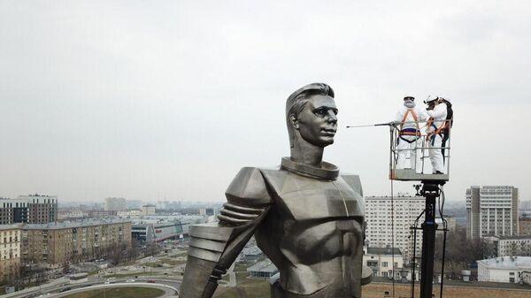 Профилактическая чистка памятника Юрию Гагарину в Москве
