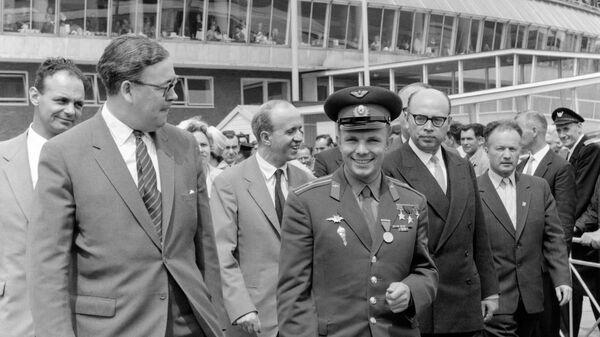 Юрий Гагарин, советский космонавт и первый человек в космосе, прибыл в аэропорт Хитроу, Лондон