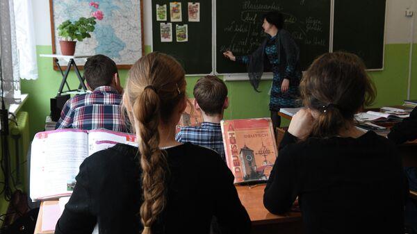 Урок немецкого языка в школе в деревне Аполлоновка