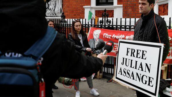 Сторонник Джулиана Ассанжа беседует с журналистами у здания посольства Эквадора в Лондоне, Великобритания. 11 апреля 2019