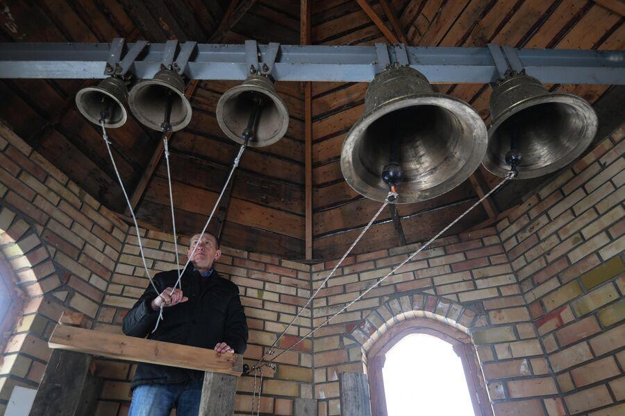 Анатолий Макаров звонит в колокола в православном храме в деревне Аполлоновка