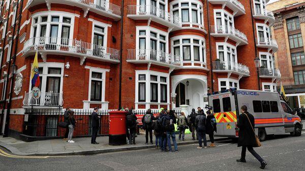 Автомобиль полиции у здания посольства Эквадора в Лондоне, Великобритания. 11 апреля 2019