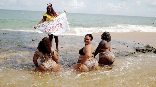 Участницы акции протеста против фэтфобии на пляже в Сальвадоре, Бразилия