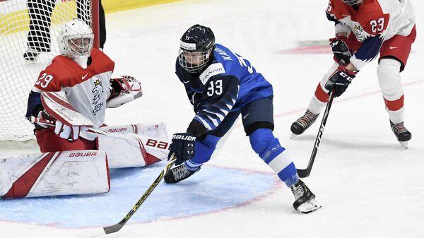 Игровой момент матча женских хоккейных сборных Финляндии и Чехии