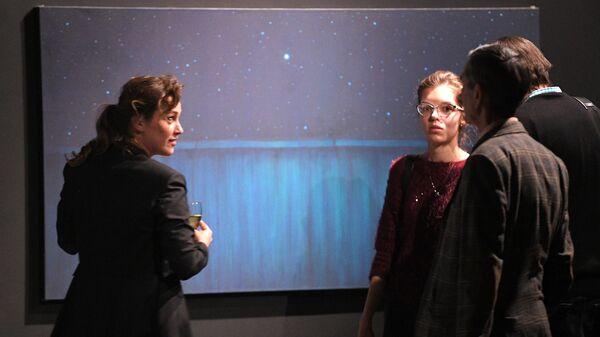 Посетители выставки Неон художника Александра Якута в Музее Москвы.