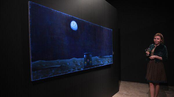 Посетительница выставки Неон художника Александра Якута в Музее Москвы.