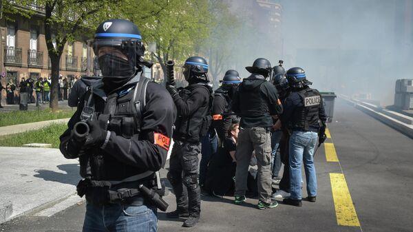 Полицейские во время демонстрации Желтых жилетов в Тулузе, Франция. 13 апреля 2019